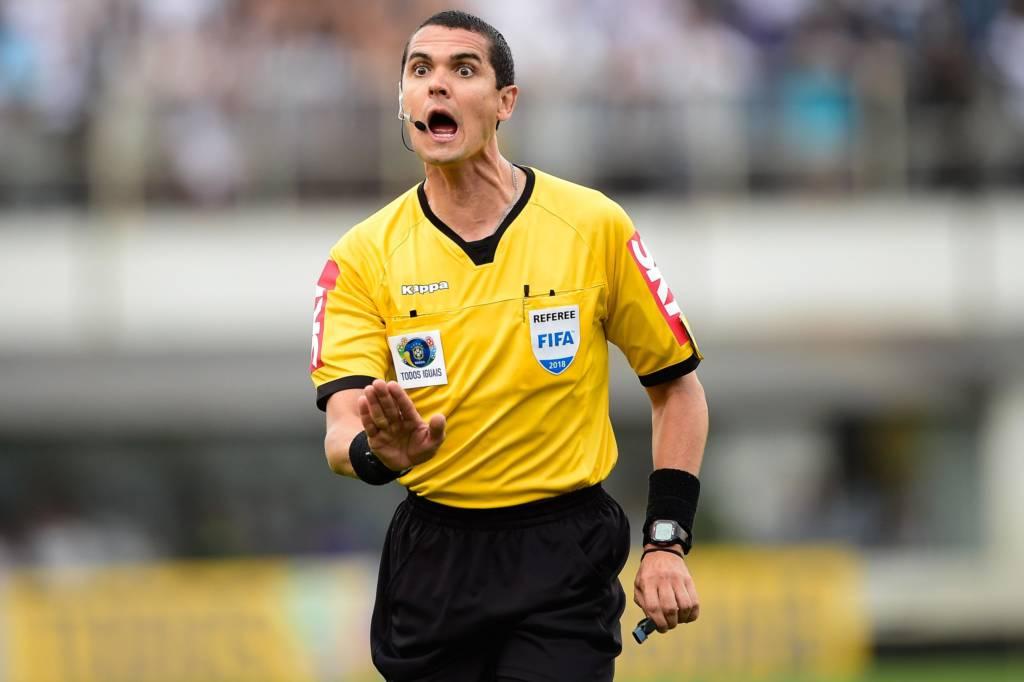 Árbitro Ricardo Marques Ribeiro (MG), durante partida do Santos FC x São Paulo FC, válida pela vigésima quinta rodada do Campeonato Brasileiro 2018, em Santos-SP.