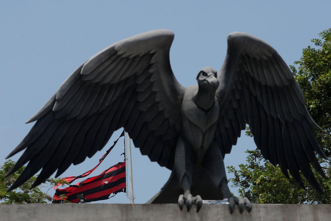 Centro de treinamento presidente George Helal, conhecido com Ninho do Urubu, é utilizado pela equipe de futebol do Flamengo. Foto da bandeira destruída depois de um incêndio.