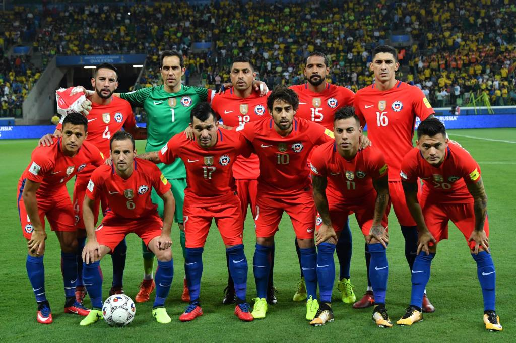 Players of Chile pose for pictures before the start of their 2018 World Cup qualifier football match against Brazil, in Sao Paulo, Brazil, on October 10, 2017. / AFP PHOTO / Nelson ALMEIDA