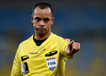 RIO DE JANEIRO, BRAZIL - NOVEMBER 02: Referee Wilton Pereira Sampaio gestures during a match between Flamengo and Chapecoense as part of Brasileirao Series A 2014 at Maracana Stadium on November 2, 2014 in Rio de Janeiro, Brazil. (Photo by Buda Mendes/Getty Images)