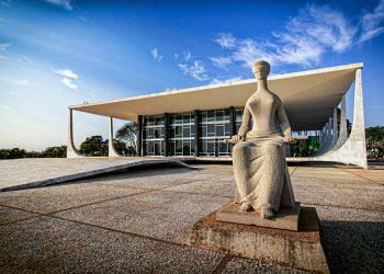 Escultura A Justiça obra de Alfredo Ceschiatti de 1961 diante do STF Supremo Tribunal Federal - sede do Poder Judiciário Local: Brasília DF Brasil Data: 201609 Código: 01ADR039 Autor: Adriano Kirihara