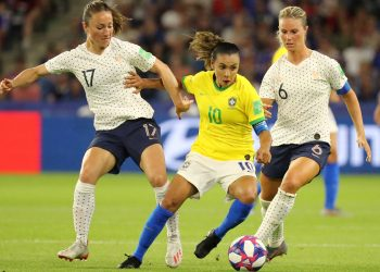 Soccer Football - Women's World Cup - Round of 16 - France v Brazil - Stade Oceane, Le Havre, France - June 23, 2019 France's Gaetane Thiney and Amandine Henry in action with Brazil's Marta REUTERS/Lucy Nicholson